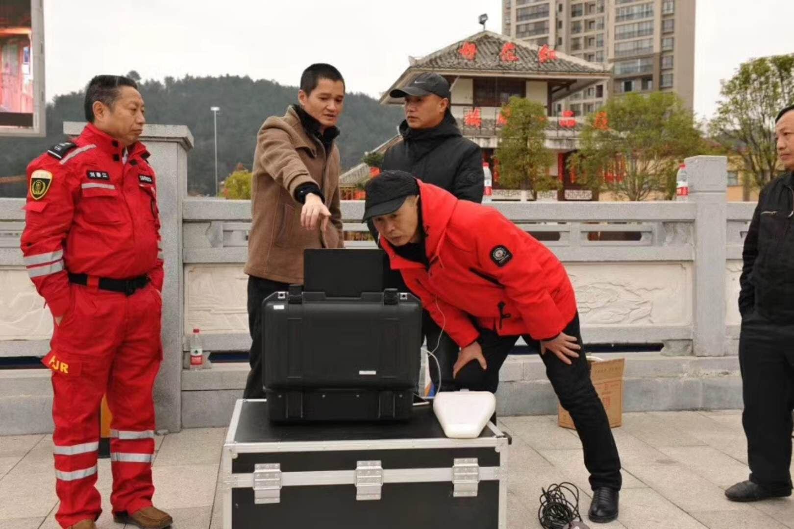 智璟科技工作人员给相关领导讲解T60V2救援无人机飞行状态